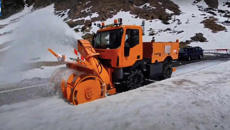 VIDEO - A început deszăpezirea pe Transfăgărășan. Zăpada depășește șase metri pe anumite porțiuni
