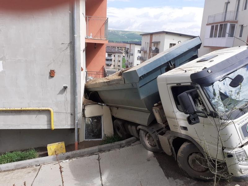 FOTO-Accident neobișnuit lângă Cluj-Napoca: O autobasculată de 30 de tone s-a răsturnat într-un balcon
