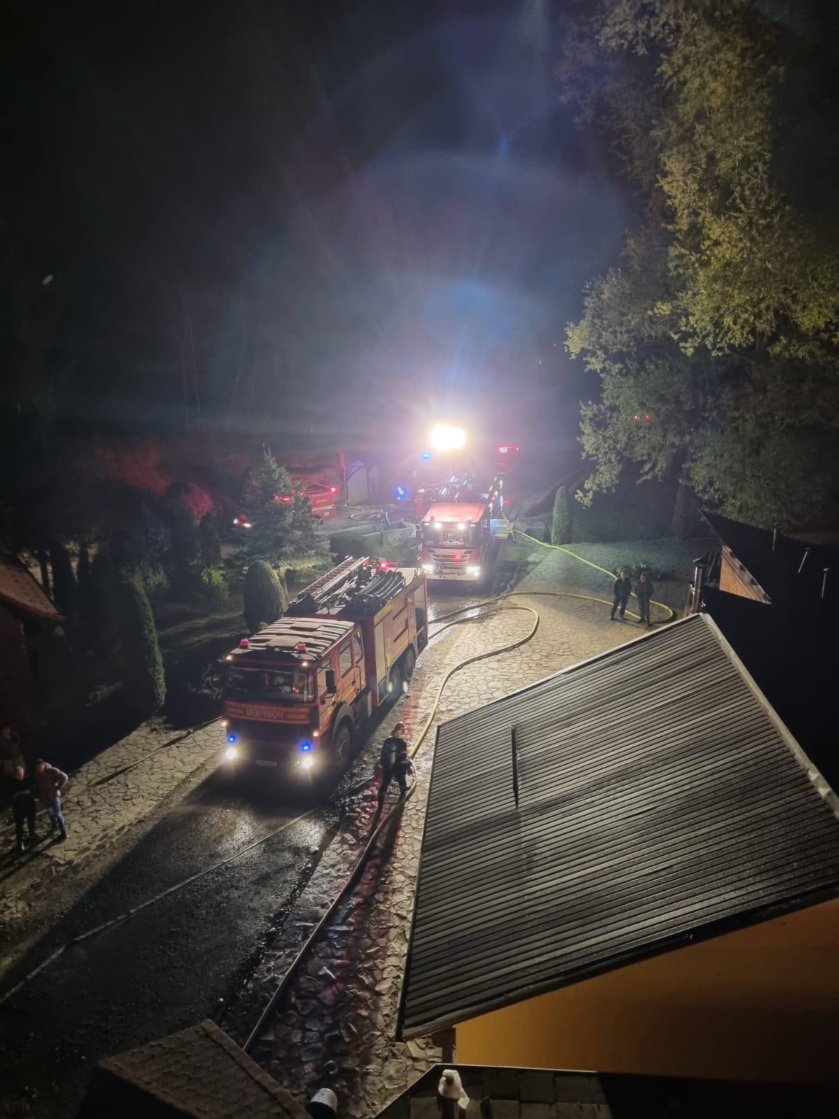 FOTO-Incendiu noaptea trecută la Complexul Turistic Albota. O persoană a ajuns la spital