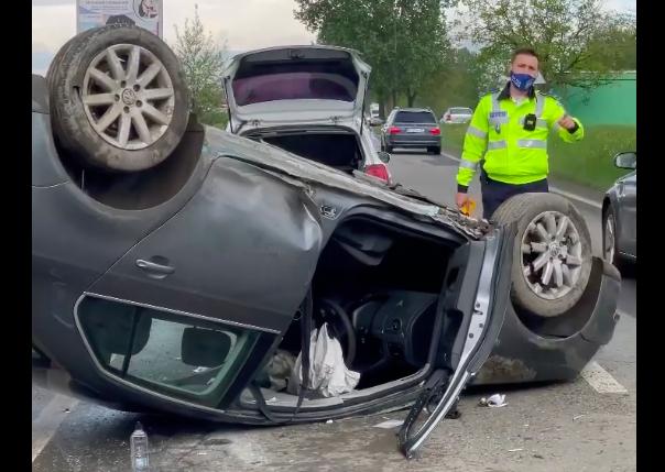 VIDEO – Mașină răsturnată pe Calea Șurii Mici. Șoferul a încercat o depășire