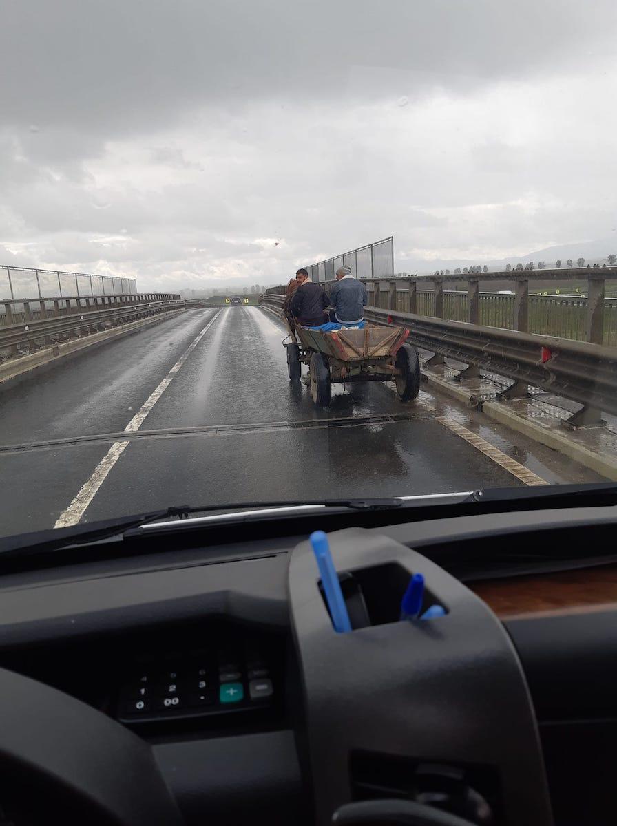 Cu căruța la plimbare, pe podul de peste autostradă