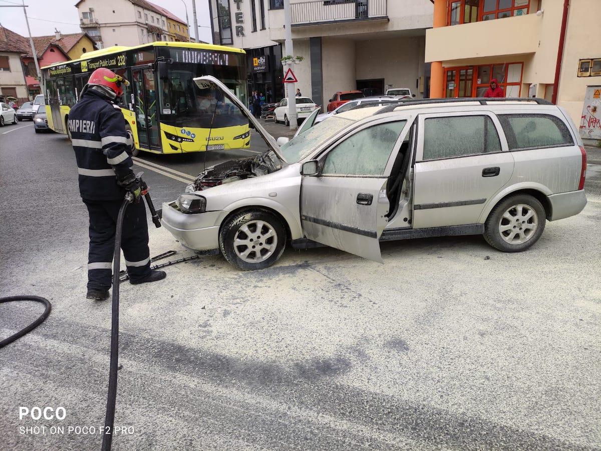 Incendiu după impactul dintre două autoturisme, pe Vasile Cârlova
