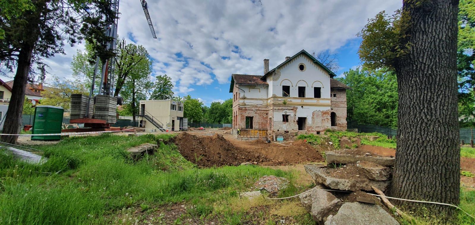 FOTO - Au reînceput lucrările la Bolta Rece din Parcul Sub Arini