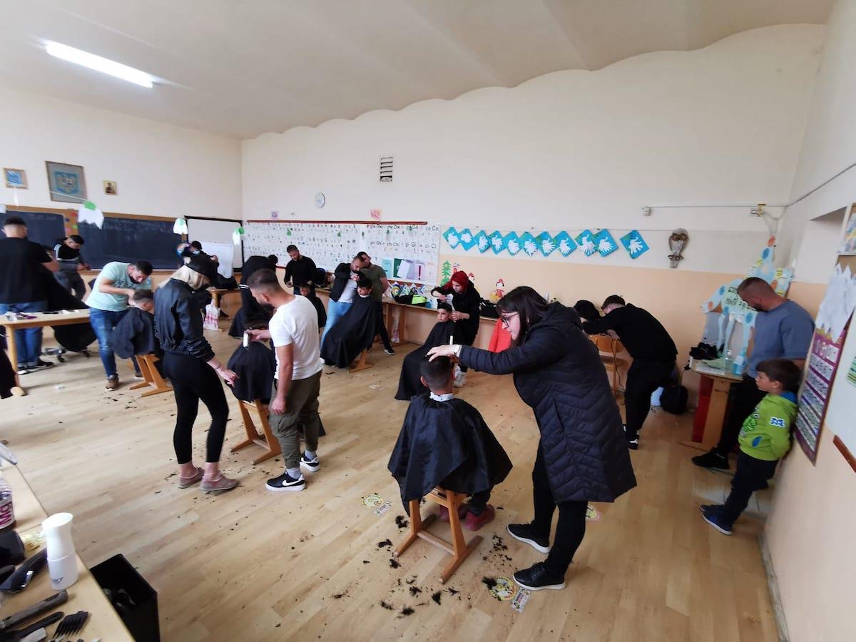 O echipă de frizeri din Sibiu a tuns gratuit copiii din Ruja