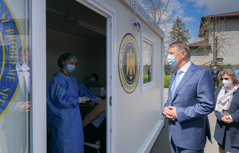 Iohannis: trebuie să aducem vaccinul mai aproape de oameni. În localităţile mici chiar să se meargă din poartă în poartă