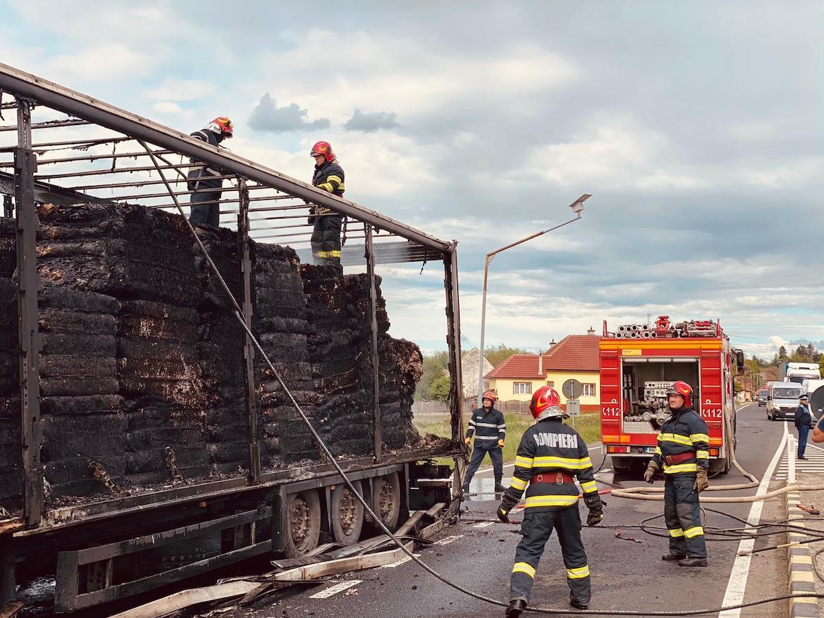 Remorca încărcată cu hârtie a unui TIR a luat foc, între Scoreiu și Sibiu. Șoferul a suferit arsuri minore