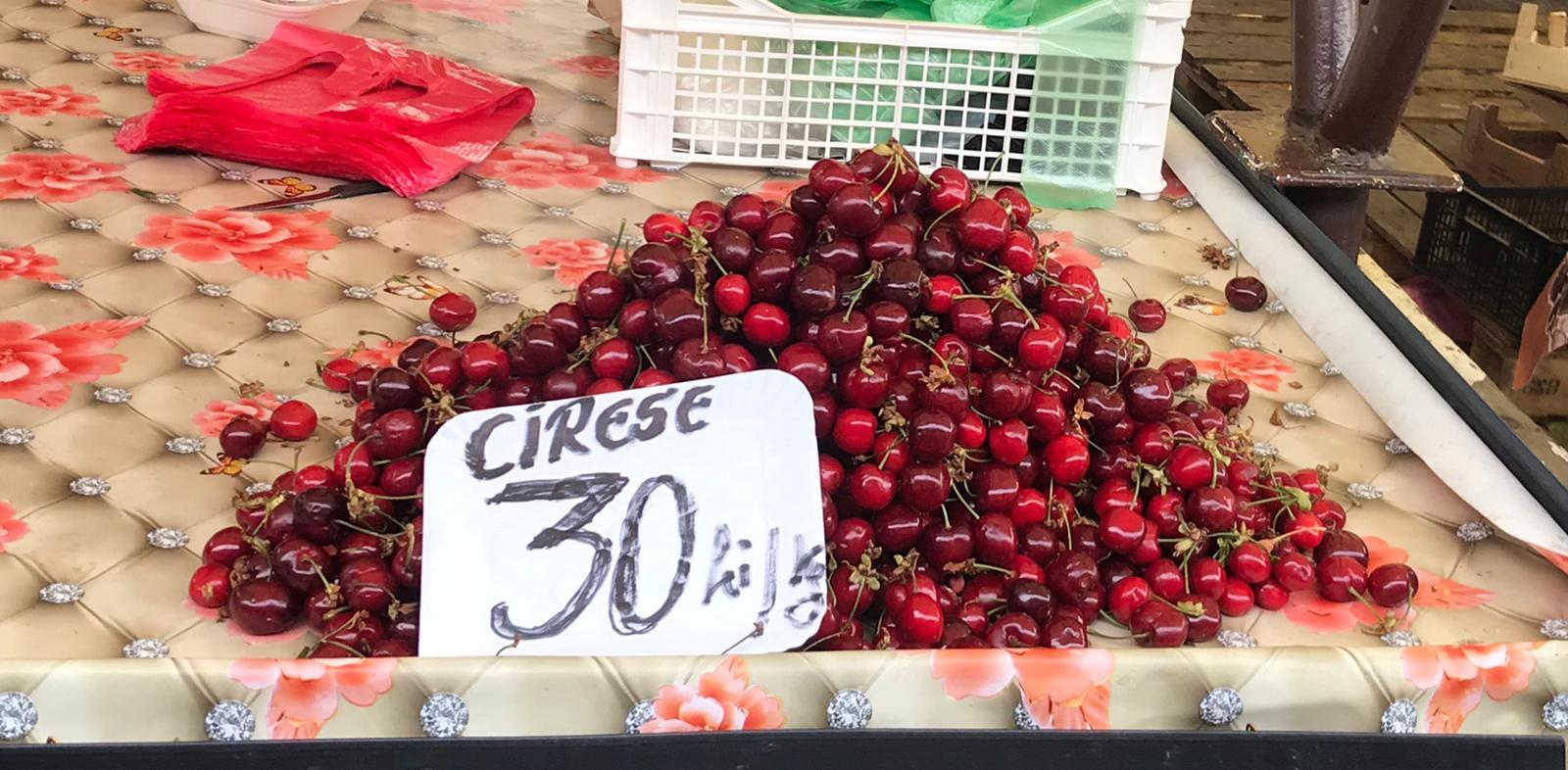 S-au ieftinit cireșele în Piața Cibin. De la 100 de lei kilogramul, la 30 de lei