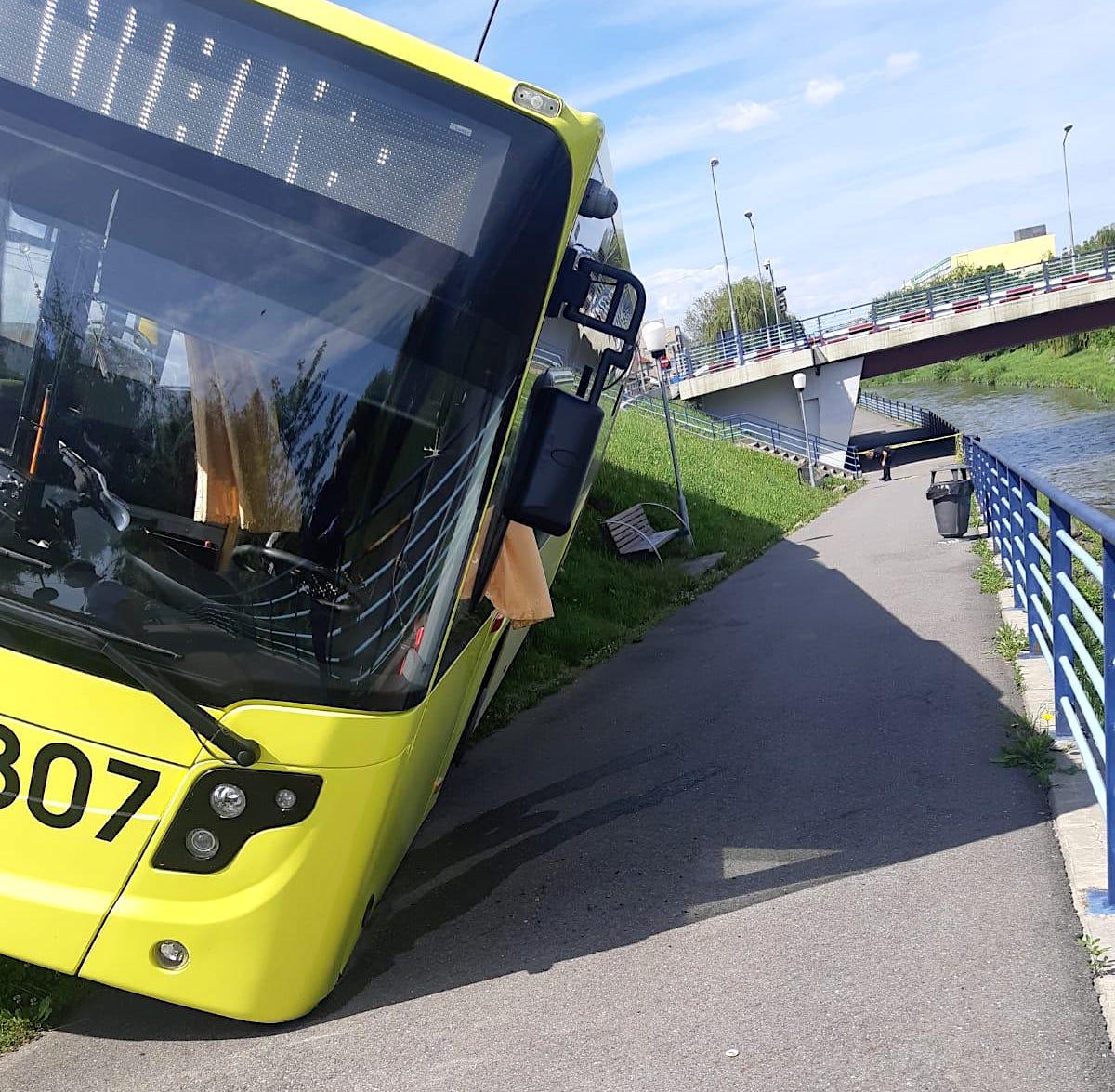 FOTO Șoferului i s-a făcut rău. Un autobuz cu 30 de persoane, aproape de a ajunge în Cibin
