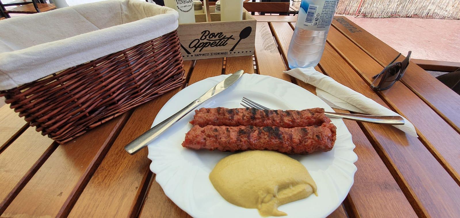 """Atractiv... localul sibian cu cei mai mari mici din Sibiu. """"Pâinea și muștarul sunt incluse"""""""