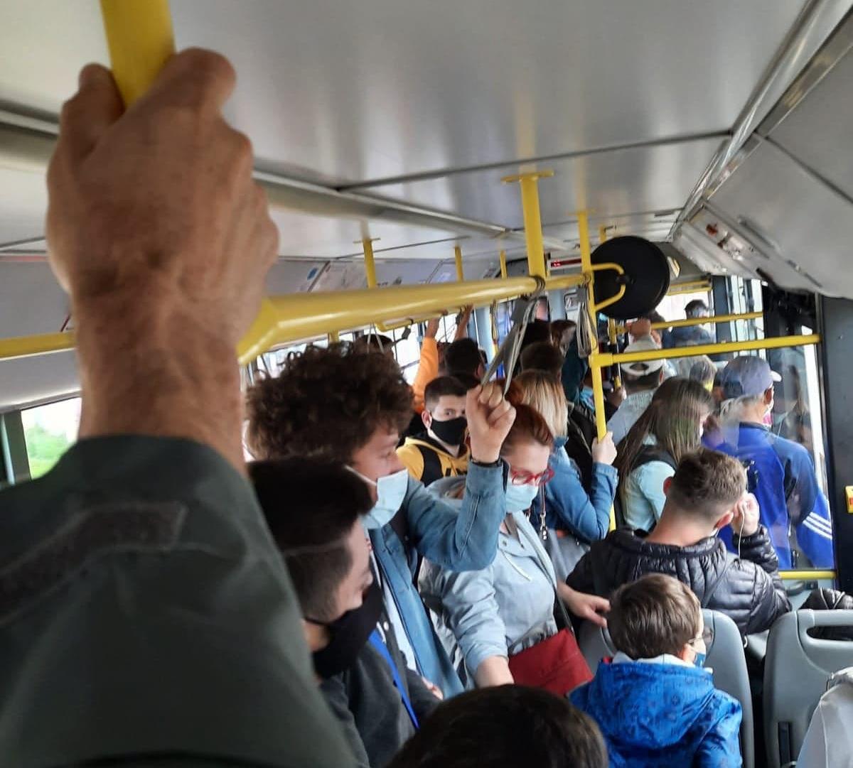 FOTO-Îmbulzeală în autobuze, la întoarcerea elevilor la școală. Reacția Tursib
