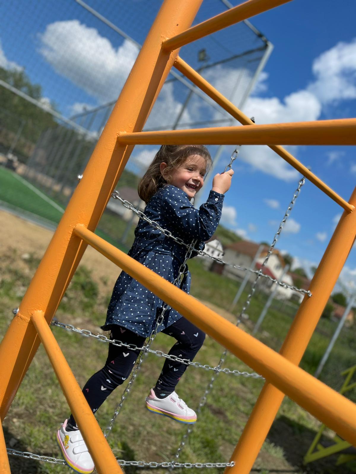 Profesorii din Rusciori le-au construit copiilor un loc de joacă