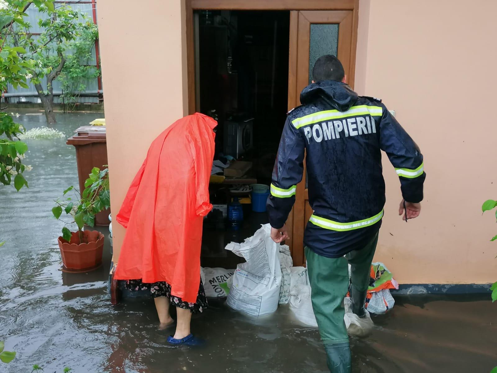 Pompierii sibieni au intervenit ieri la 13 situații apărute în urma ploilor abundente