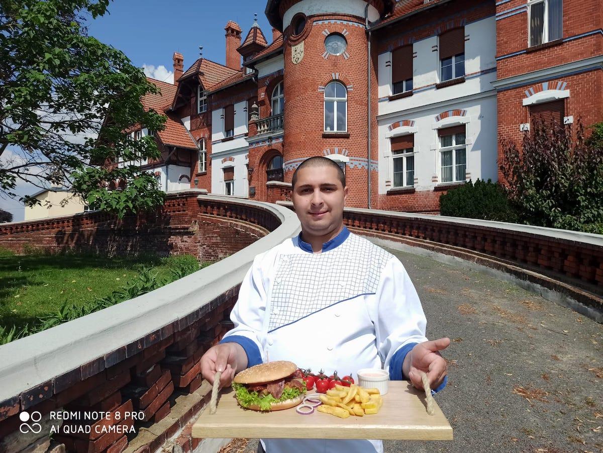 """Un sibian a plecat din Roșia în Germania, să învețe să gătească: """"Nemților le place mâncarea românească"""""""
