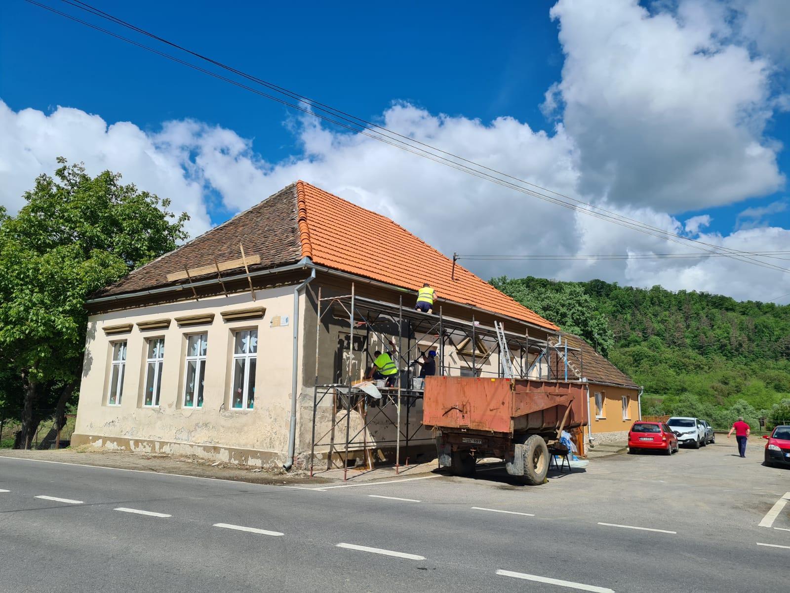 Renovări exterioare la grădinița din Agârbiciu și investiții pentru întreținerea spațiilor verzi din comuna Axente Sever