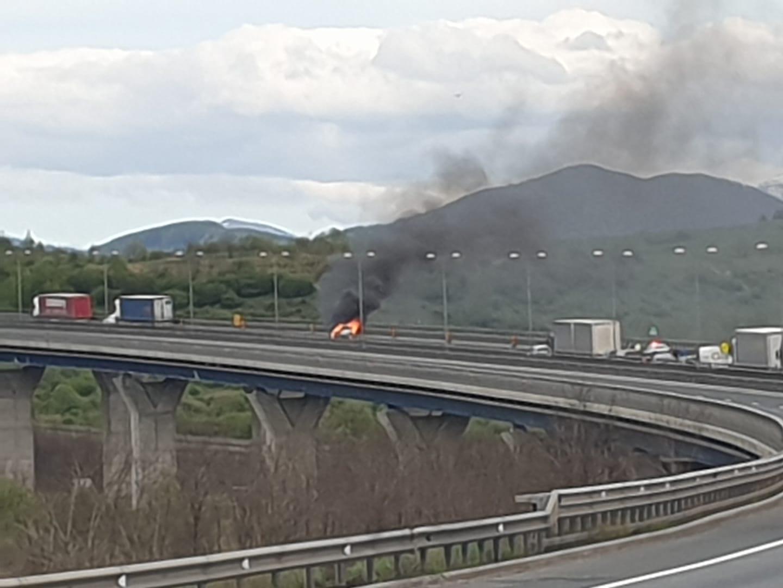 O mașină a ars complet pe viaductul de la Săcel. Poliția a chemat Pompierii