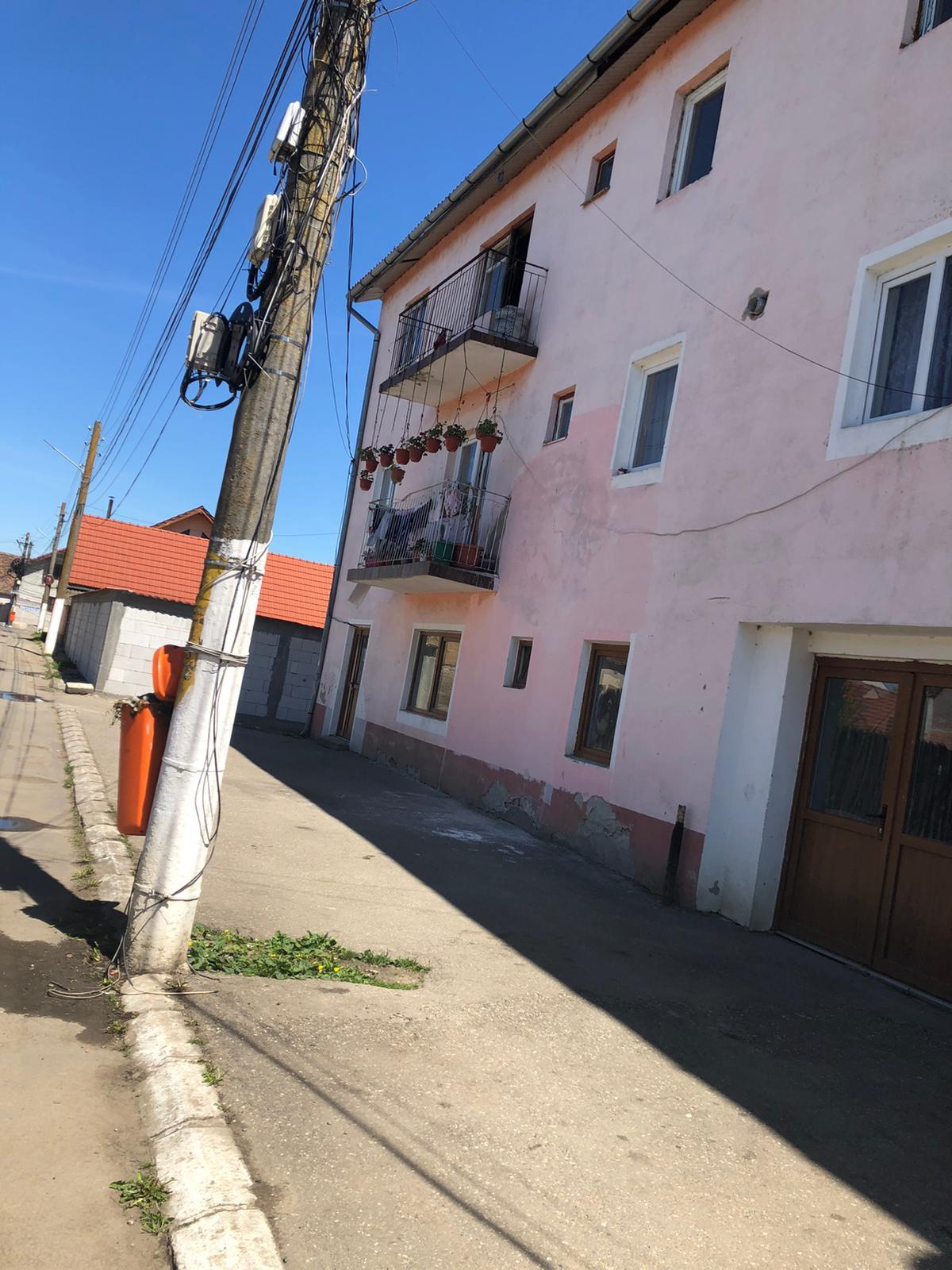 """11 familii, amenințate cu evacuarea din bloc. """"Nu i-am spus lui Dumnezeu """"fă-mă rrom"""", ce vină am eu că sunt așa?"""""""