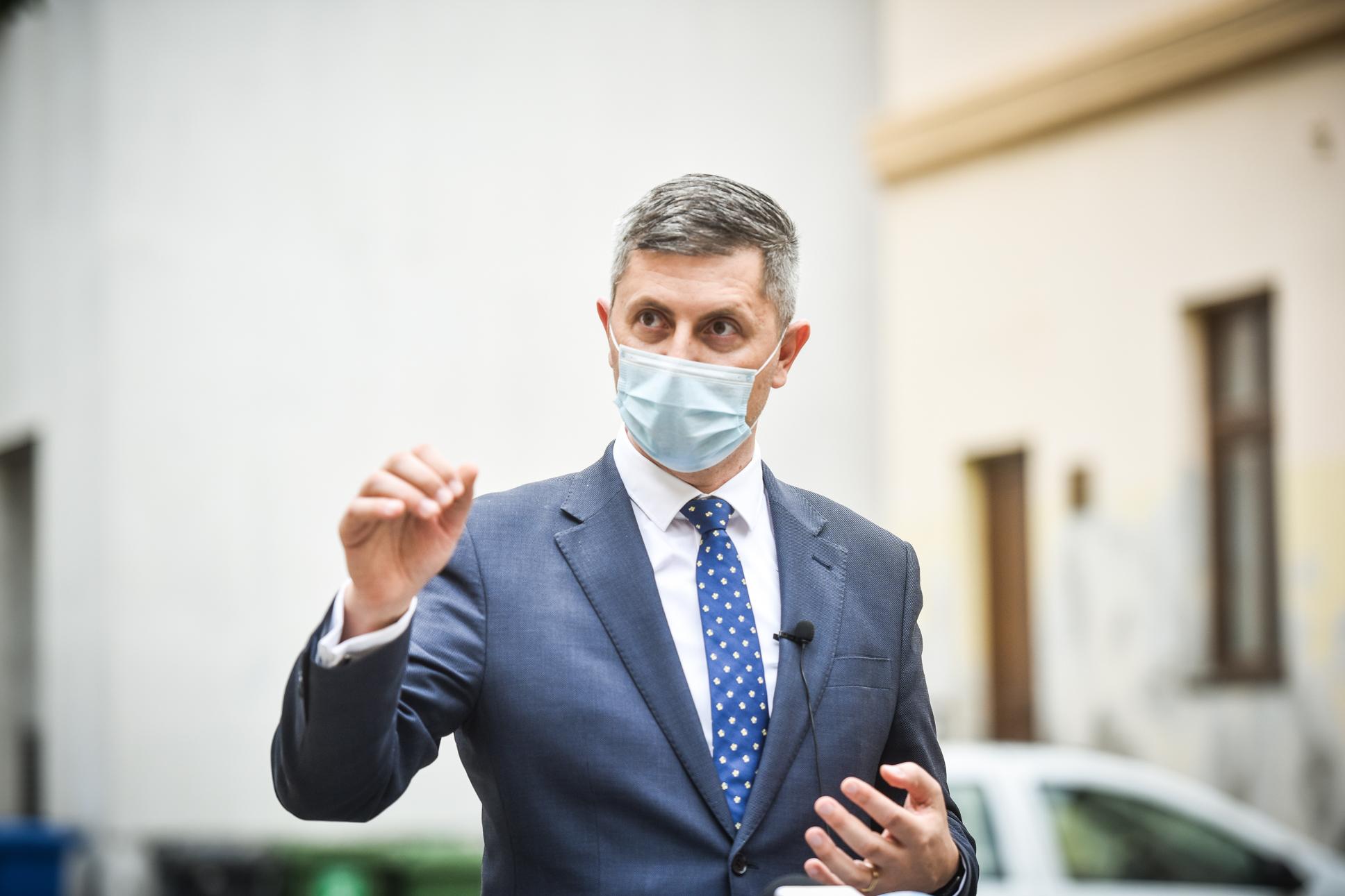 Barna spune că a propus ca românii vaccinaţi să poată participa la nunţi, botezuri, meciuri de fotbal