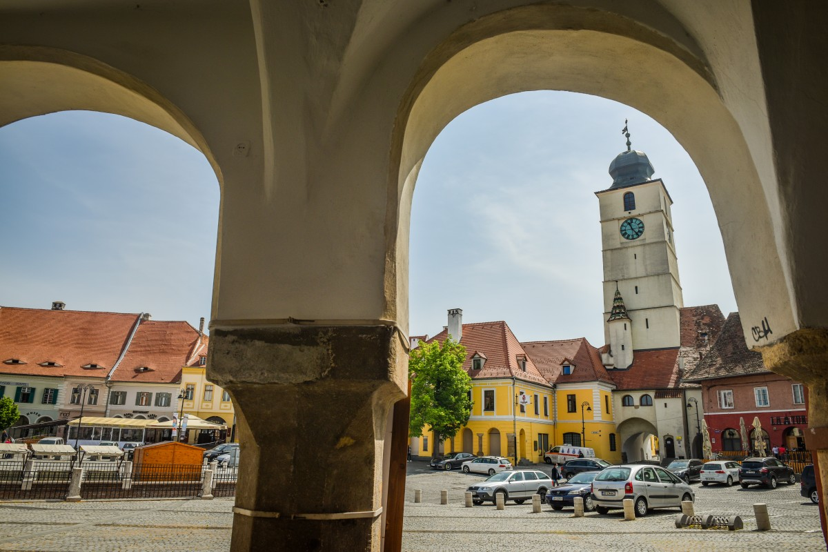 """Municipiul Sibiu intră de duminică în """"scenariul galben"""". Se redeschid restaurantele în interior"""