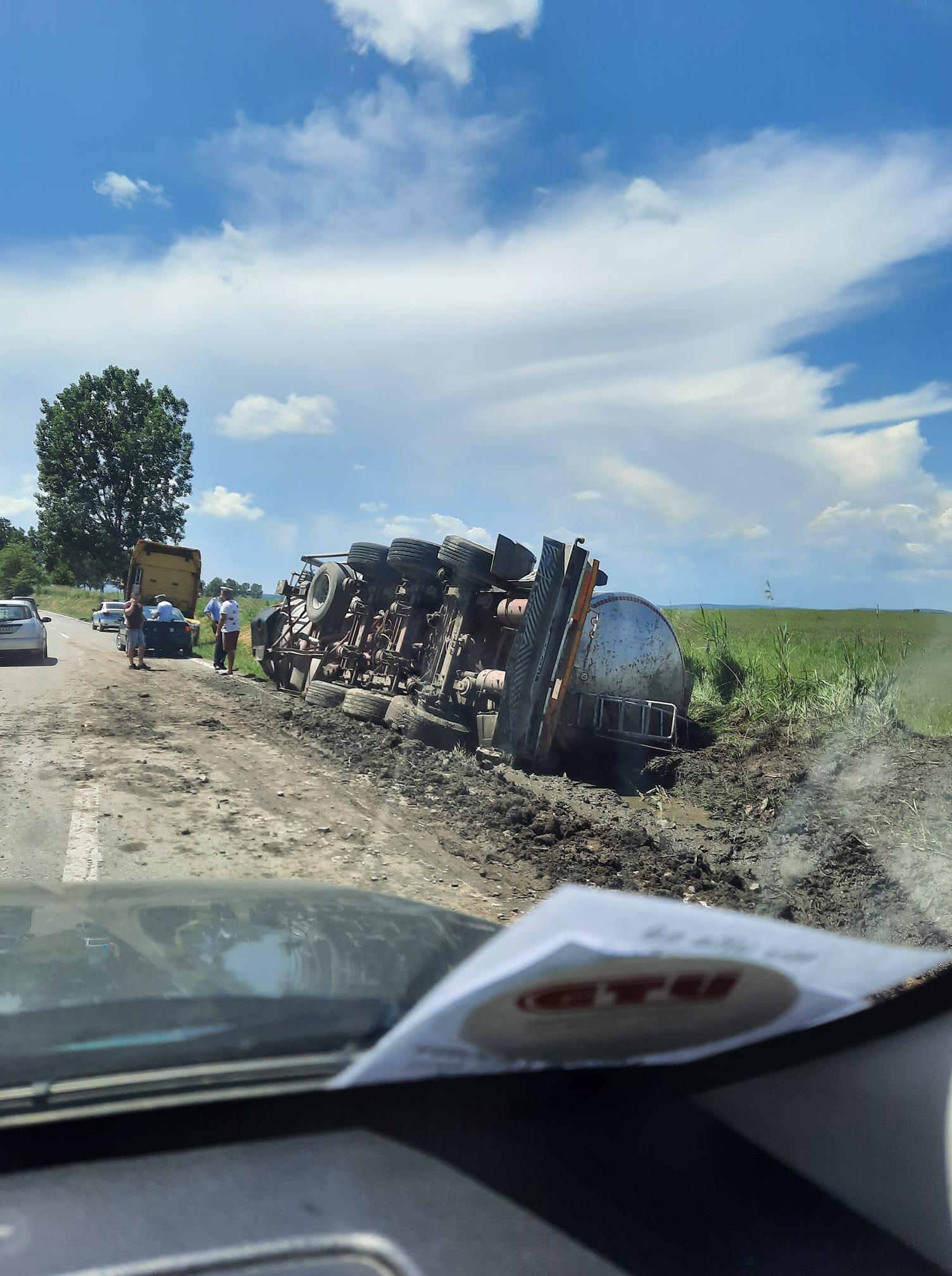 Cisternă cu 25 de tone de ulei, răsturnată de un șofer beat, pe Calea Șurii Mici
