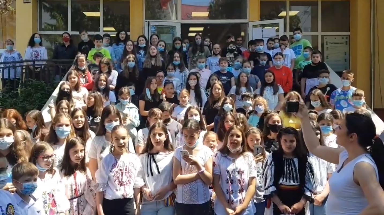 """Video emoționant. Elevii școlii """"Radu Selejan"""" din Sibiu transmit un mesaj puternic de Ziua Eroilor"""