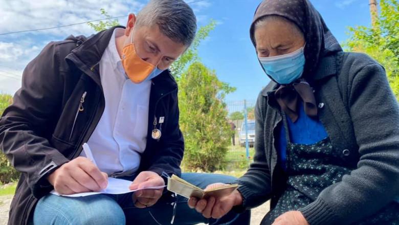 """Dan Barna, voluntar la caravana vaccinării din Micăsasa: """"I-am ajutat pe bunici să completeze formularele pentru vaccinare"""""""