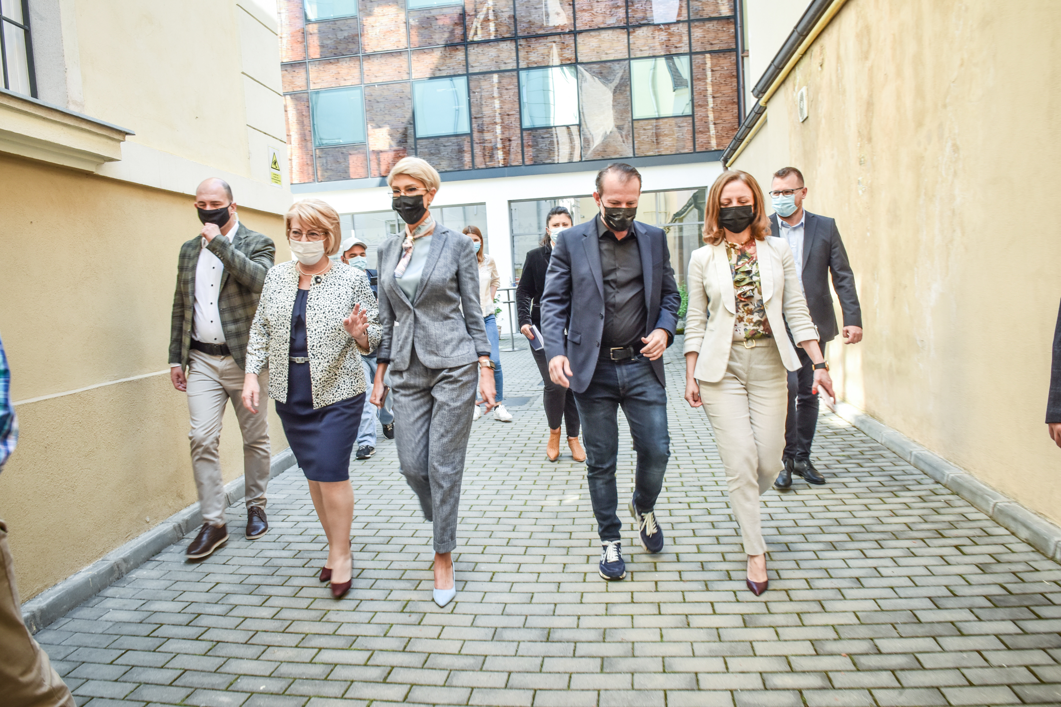 """Premierul Cîțu, după întâlnirea cu marii angajatori: """"Sibiul a devenit o forţă economică"""""""