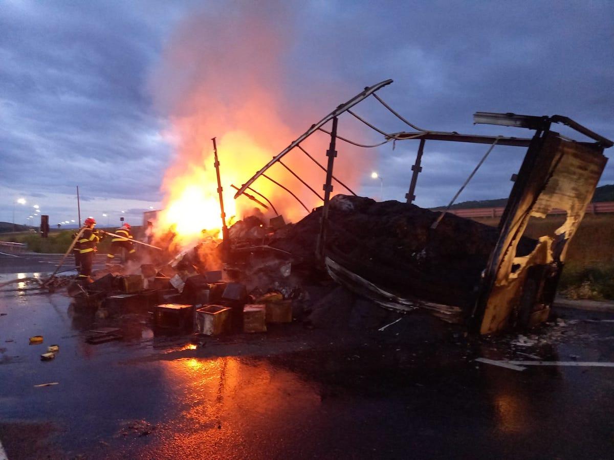 TIR în flăcări într-o parcare de pe autostrada A1. Remorca a ars în totalitate