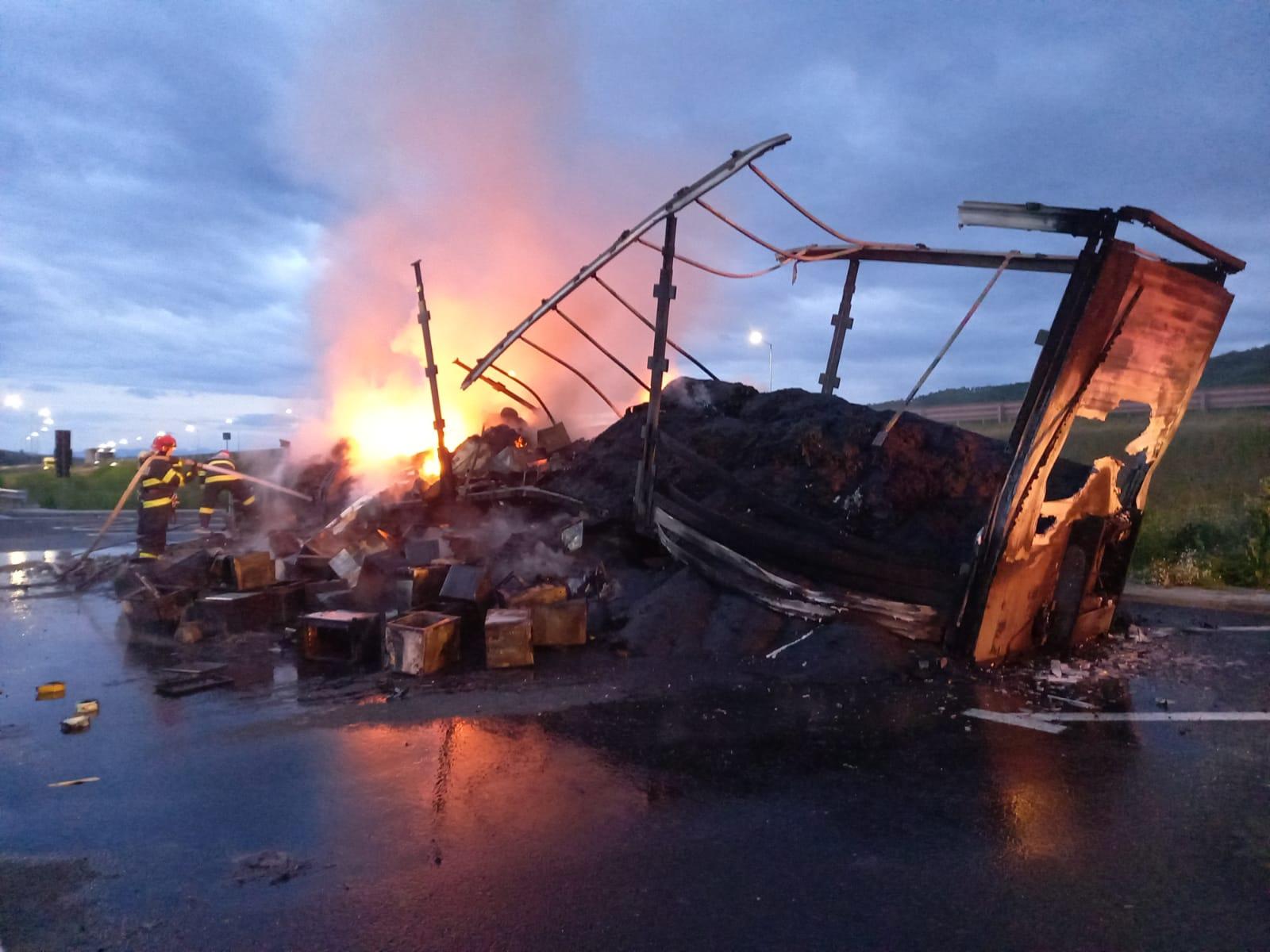 FOTO-Remorca unui TIR distrusă complet noaptea trecută pe autostrada Sibiu-sebeș