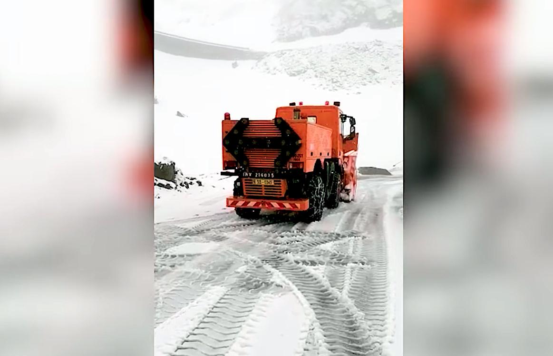 VIDEO Te uită cum ninge în iunie: drumarii sibieni deszăpezesc pe ninsoare