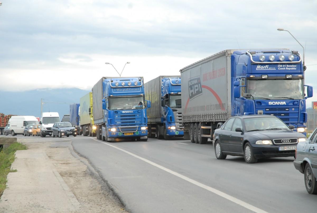Protest al transportatorilor: Câteva zeci de camioane vor circula cu 10 km/h pe Sibiu-Veștem, în buclă