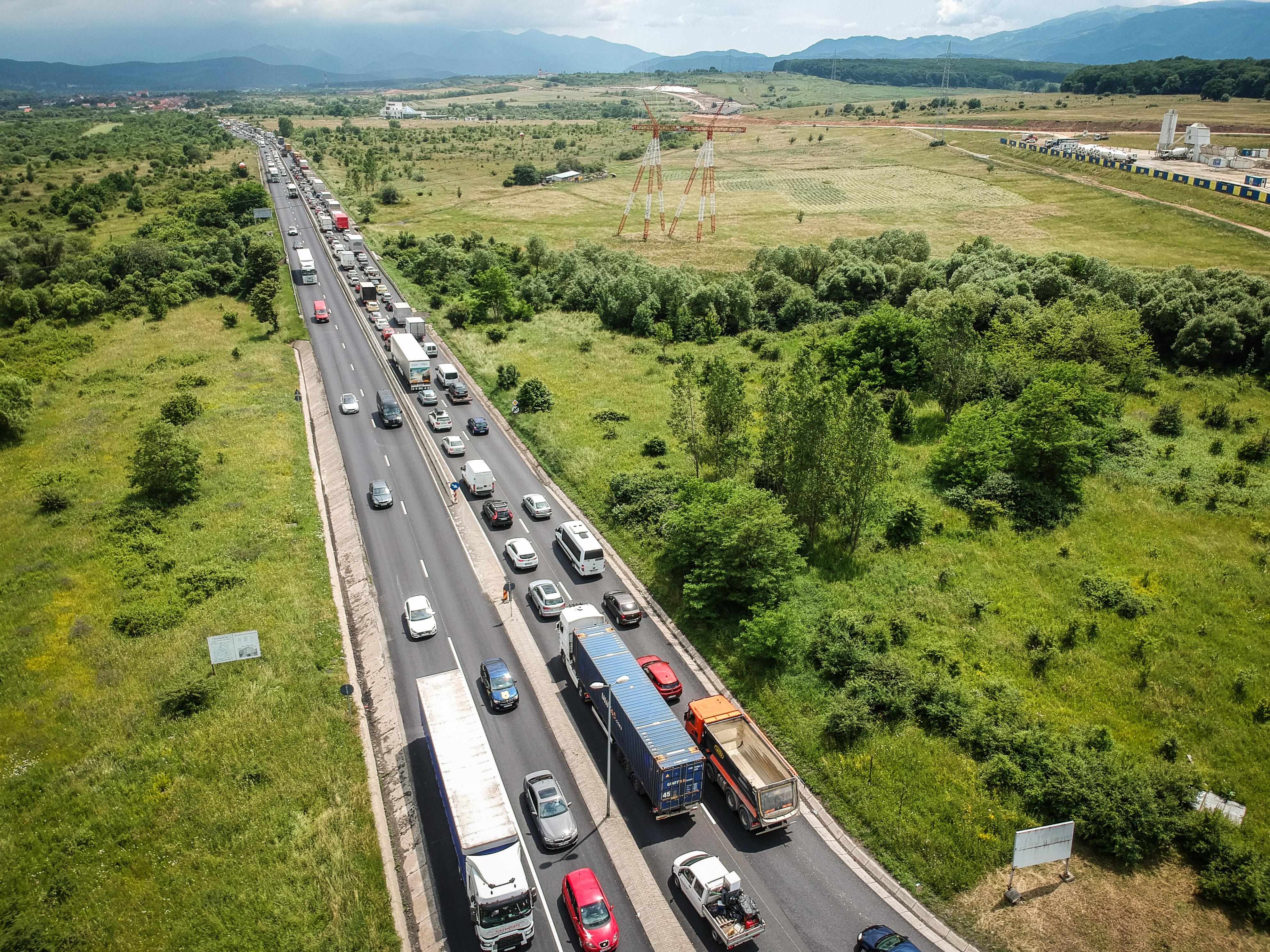 Reportaj FOTO VIDEO – Protestul șoferilor: TIR-urile au blocat o bandă de la ieșirea de pe autostradă până la Veștem