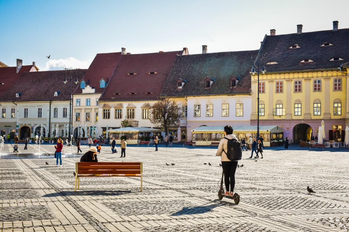 Trotinetele electrice parcate neregulamentar vor fi ridicate. Primăria va limita numărul celor de închiriat în Sibiu