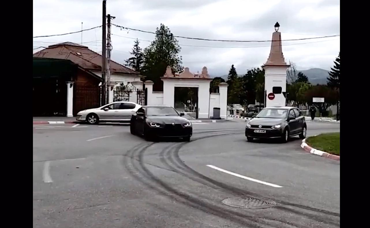 VIDEO Un sibian se laudă cu drifturi printre mașini, în giratoriul de la Cimitir. Poliția îl caută