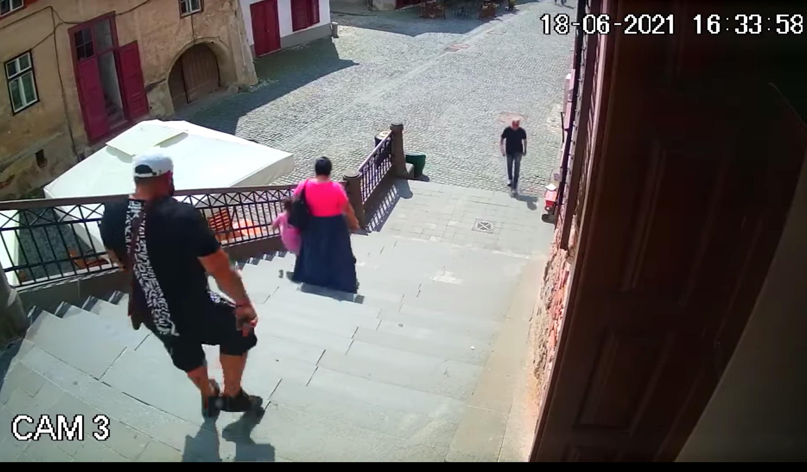 Video. Își pun fetița să fure, cot la cot cu ei, în centrul Sibiului. Furturile s-au înmulțit de trei ori