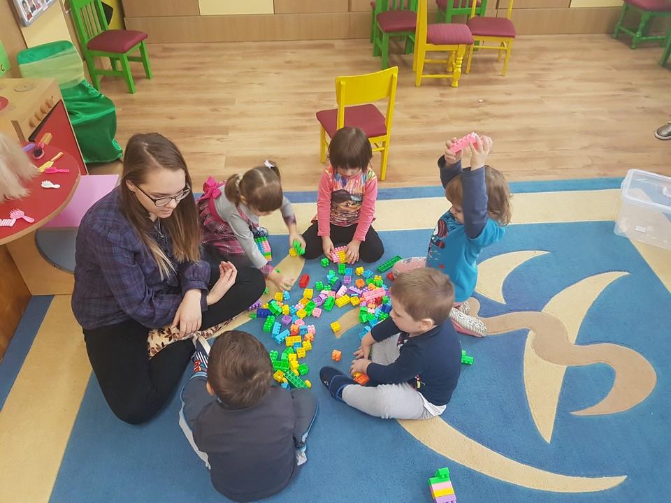 880 de copii nu și-au găsit loc în creșele și grădinițele din Sibiu. Autoritățile: natalitatea a crescut cu 3%