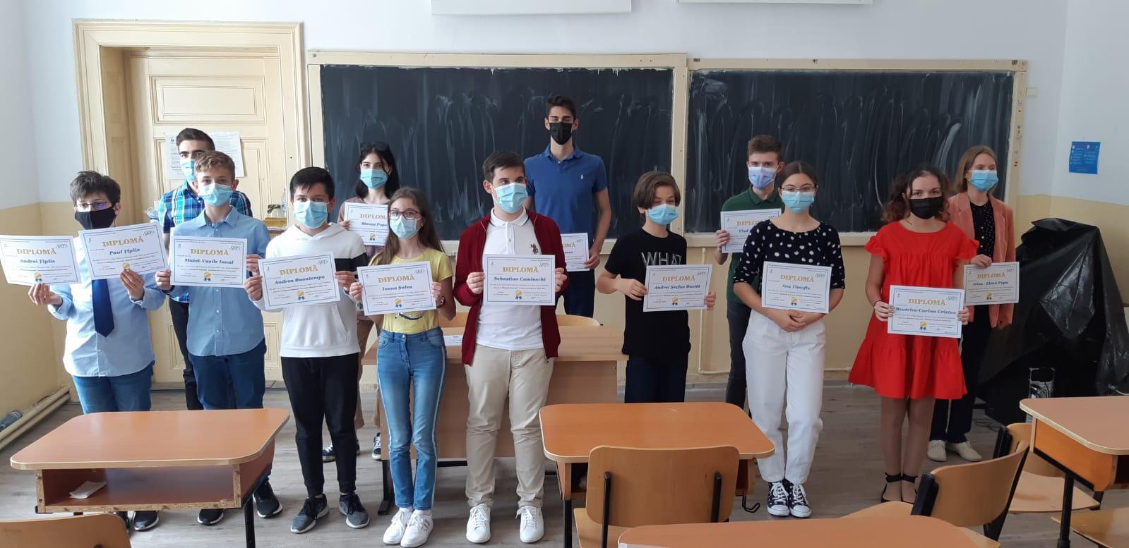 Opt elevi din Sibiu premiați la faza națională a Olimpiadei de Fizică, organizată în pandemie