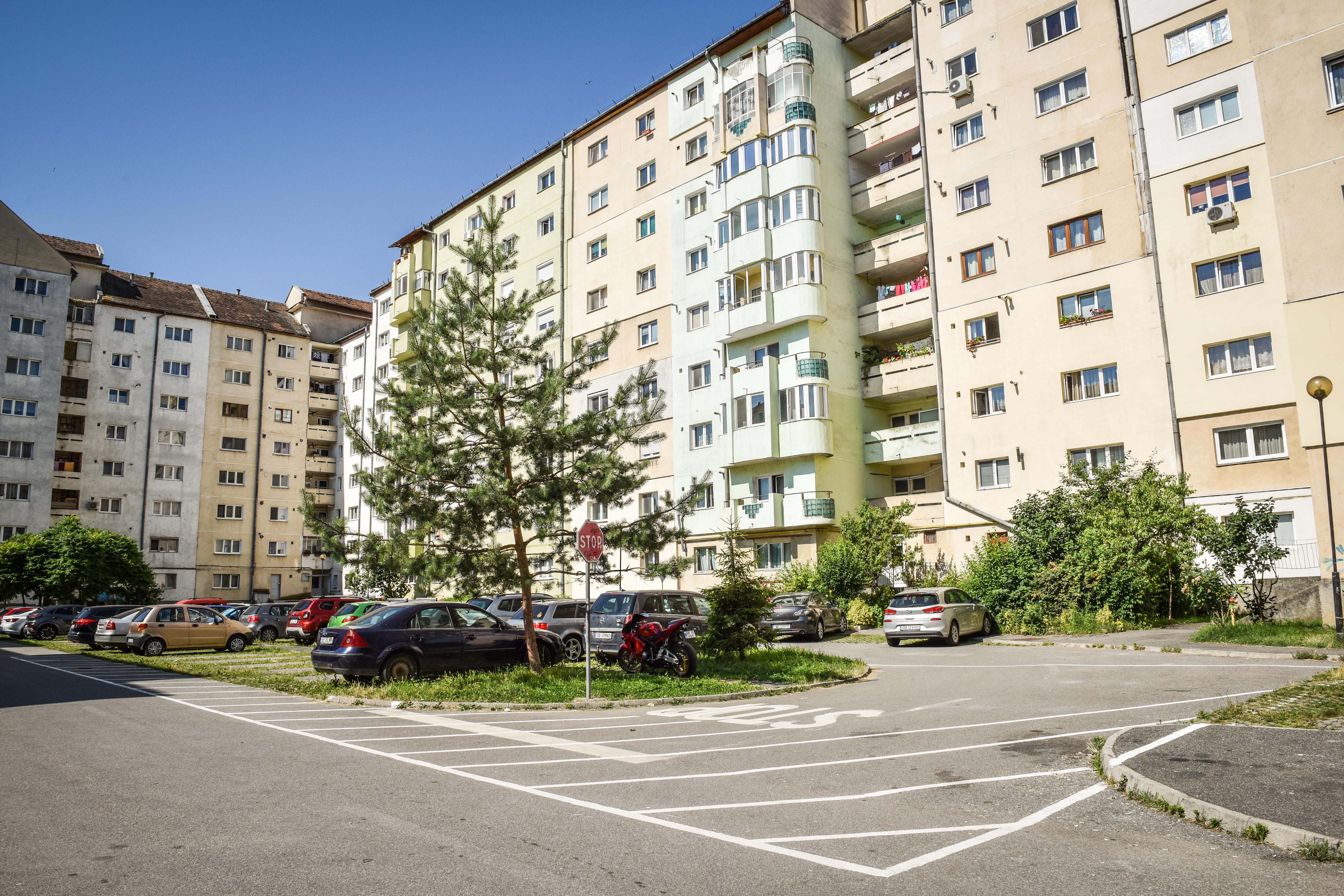 """Îngrijorare pentru sibienii de pe strada Lungă: """"Vor să ridice un bloc peste parcarea noastră"""". Proprietarul terenului: """"De 15 ani primăria nu vrea să rezolve situația"""""""