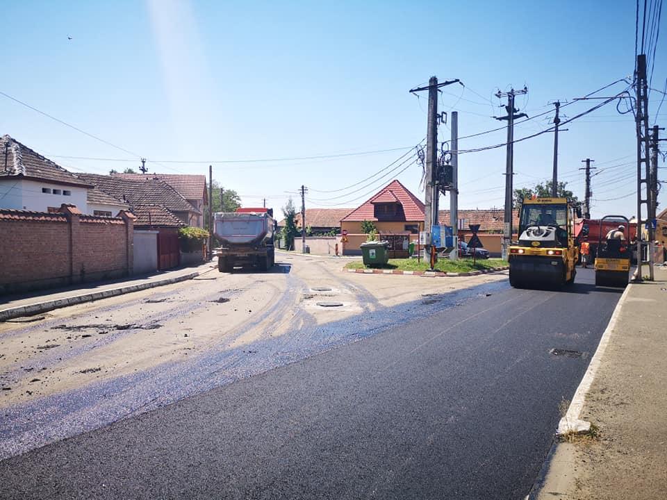 Șofer amendat cu 2.000 de lei după ce a trecut cu tractorul pe drumul proaspăt asfaltat