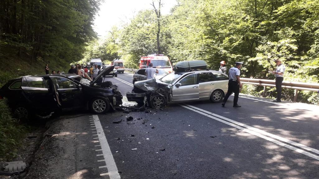 Accident cu trei victime, la Hula Bradului. O șoferiță a intrat cu mașina pe contrasens