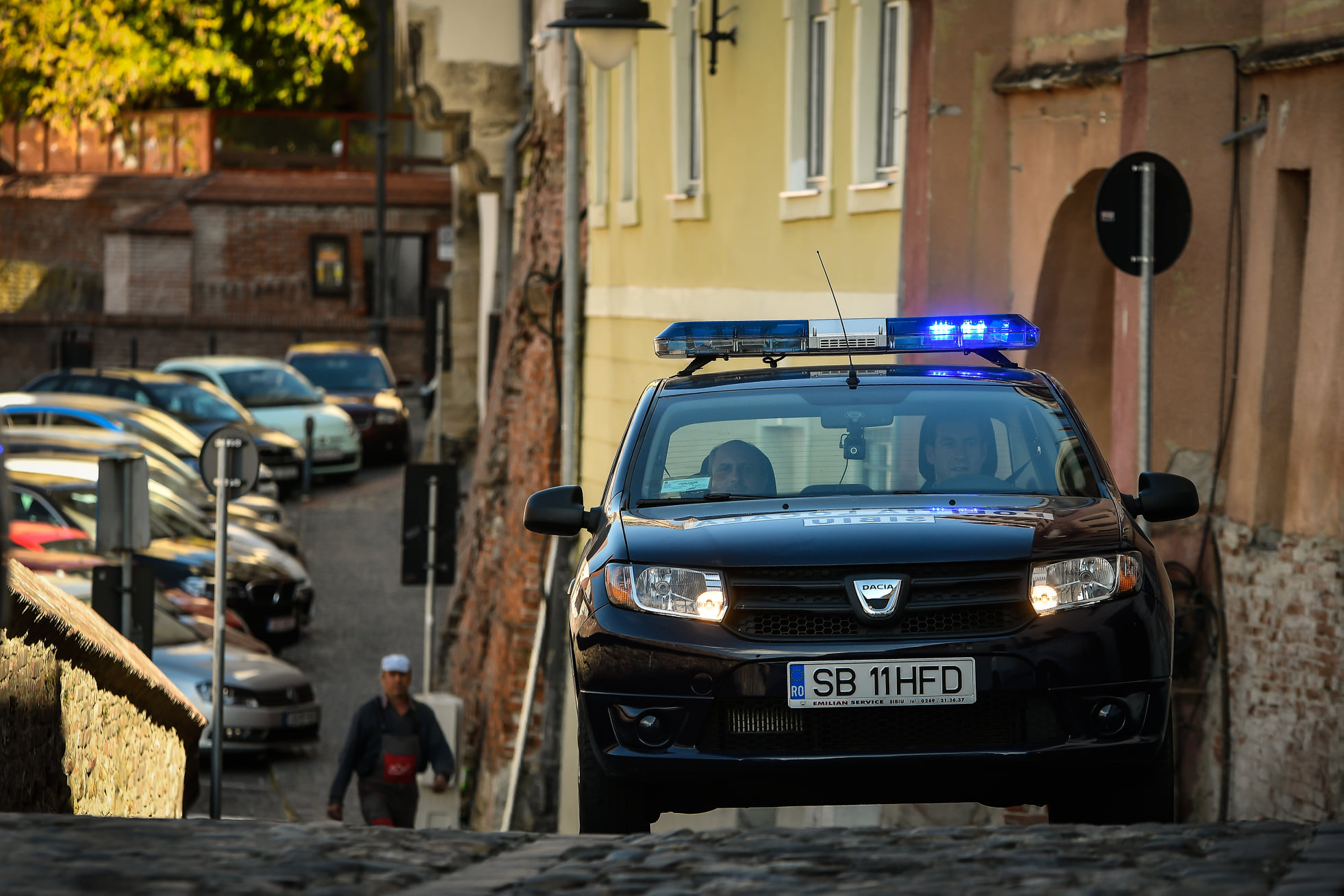 Tineri beți prinși de polițiștii locali, după ce au încercat să spargă un supermarket de pe Henri Coandă