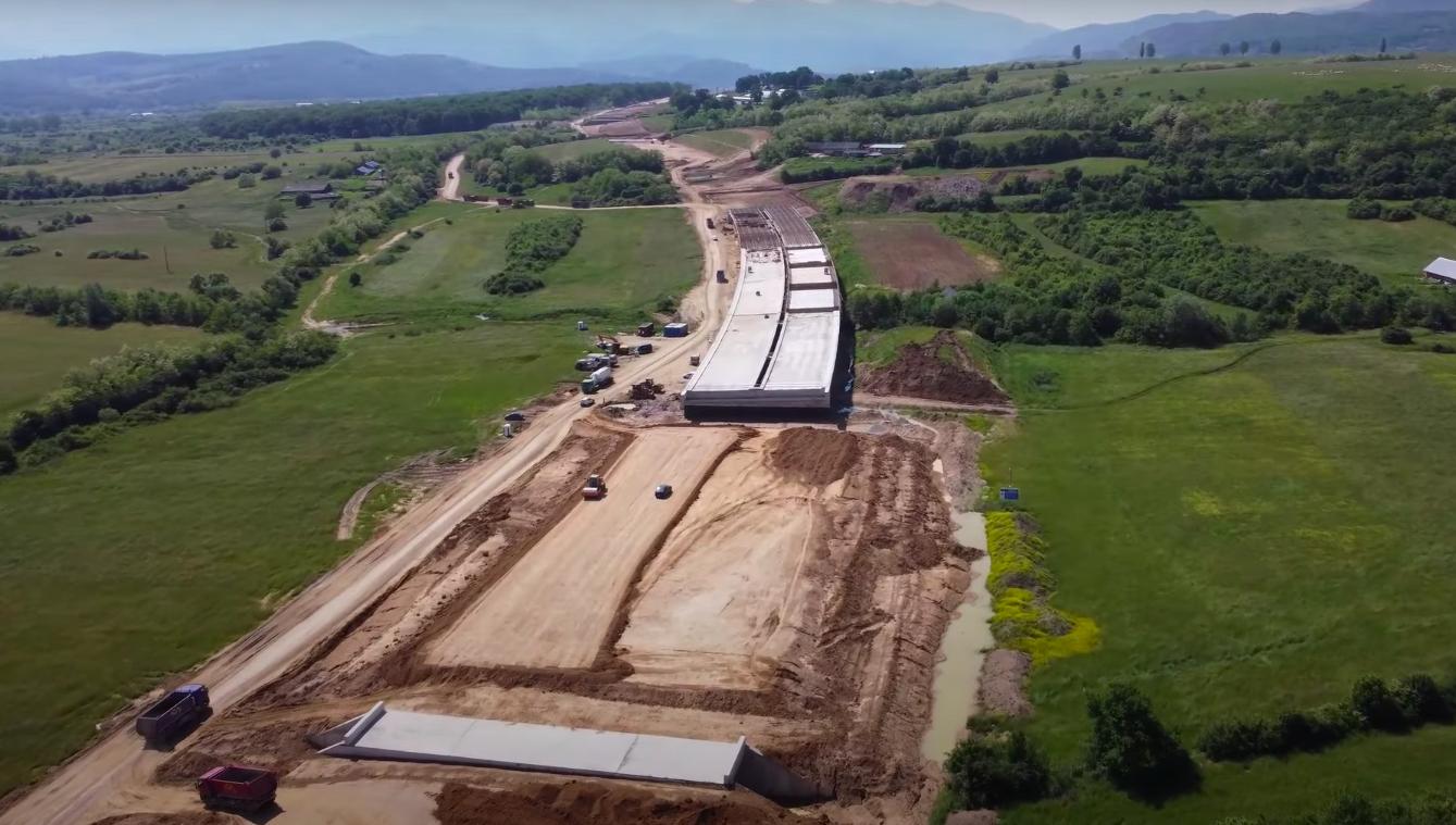 """VIDEO – """"Așa ar trebui să arate toate șantierele autostrăzilor din România"""". Noi imagini cu mobilizarea de pe autostrada Sibiu-Boița"""