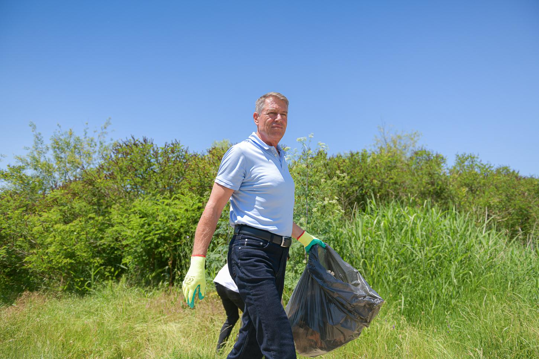 Iohannis a mers să strângă gunoaie: marginea drumului nu este groapă de gunoi. Nu este suficient să ne enervăm, trebuie să facem ceva