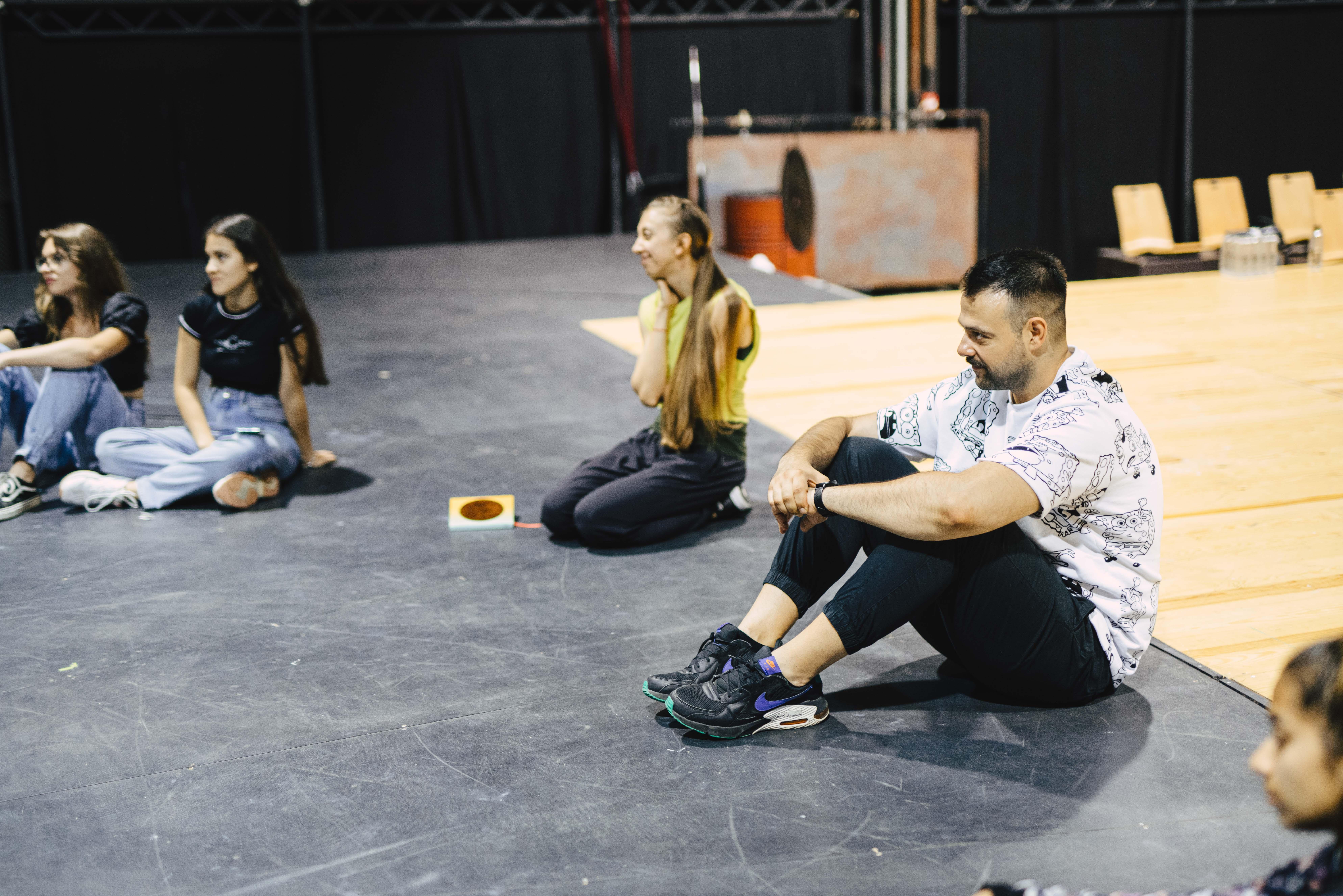 """Șapte tineri, protagoniști într-un specacol în premieră la Teatrul Național Radu Stanca. Performance-ul """"Aici"""" ajunge în fața publicului sibian în 17 iulie"""