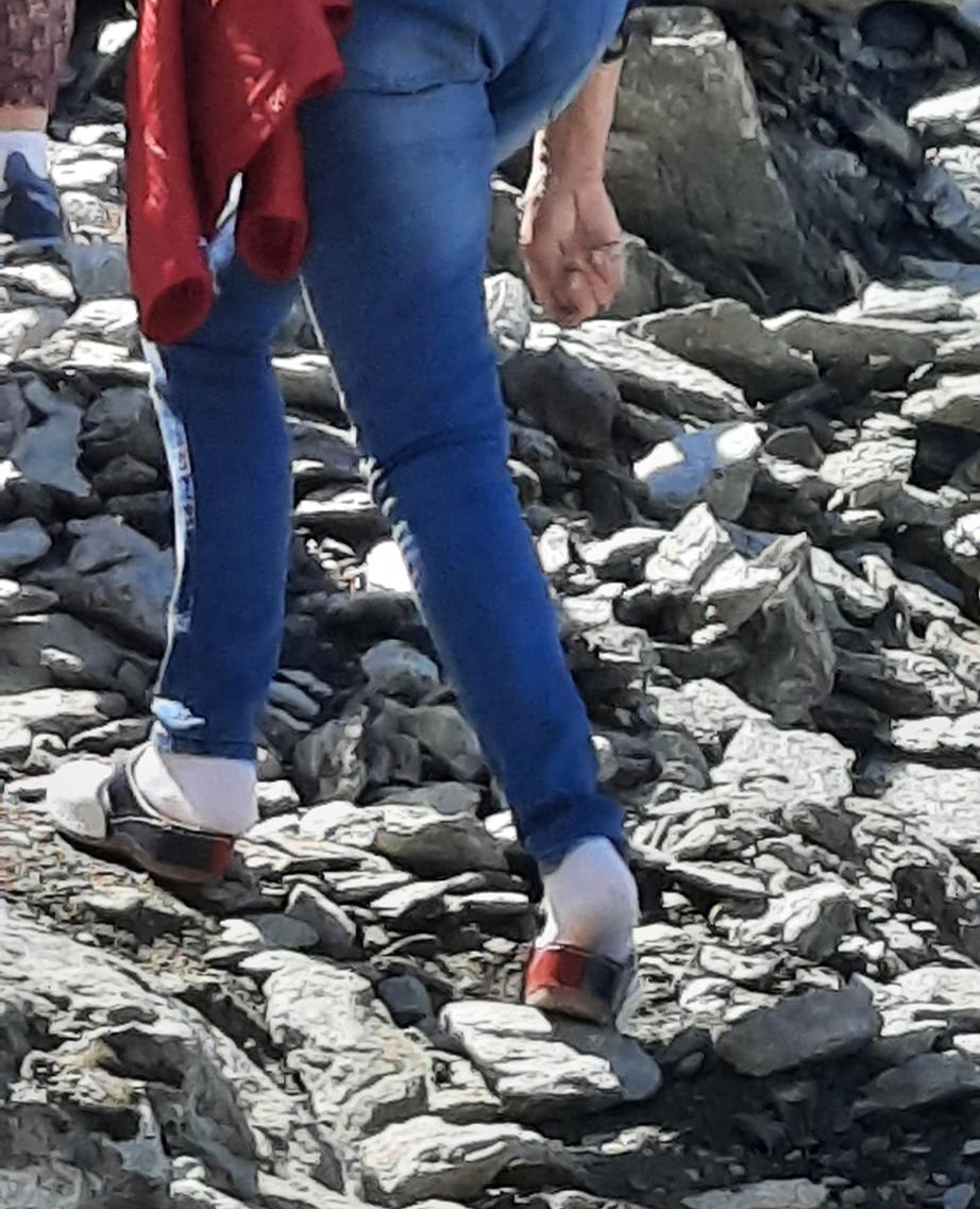 Turistă în șosete și papuci de casă, pe stâncile din zona Bâlea Lac. Reacția Salvamont România