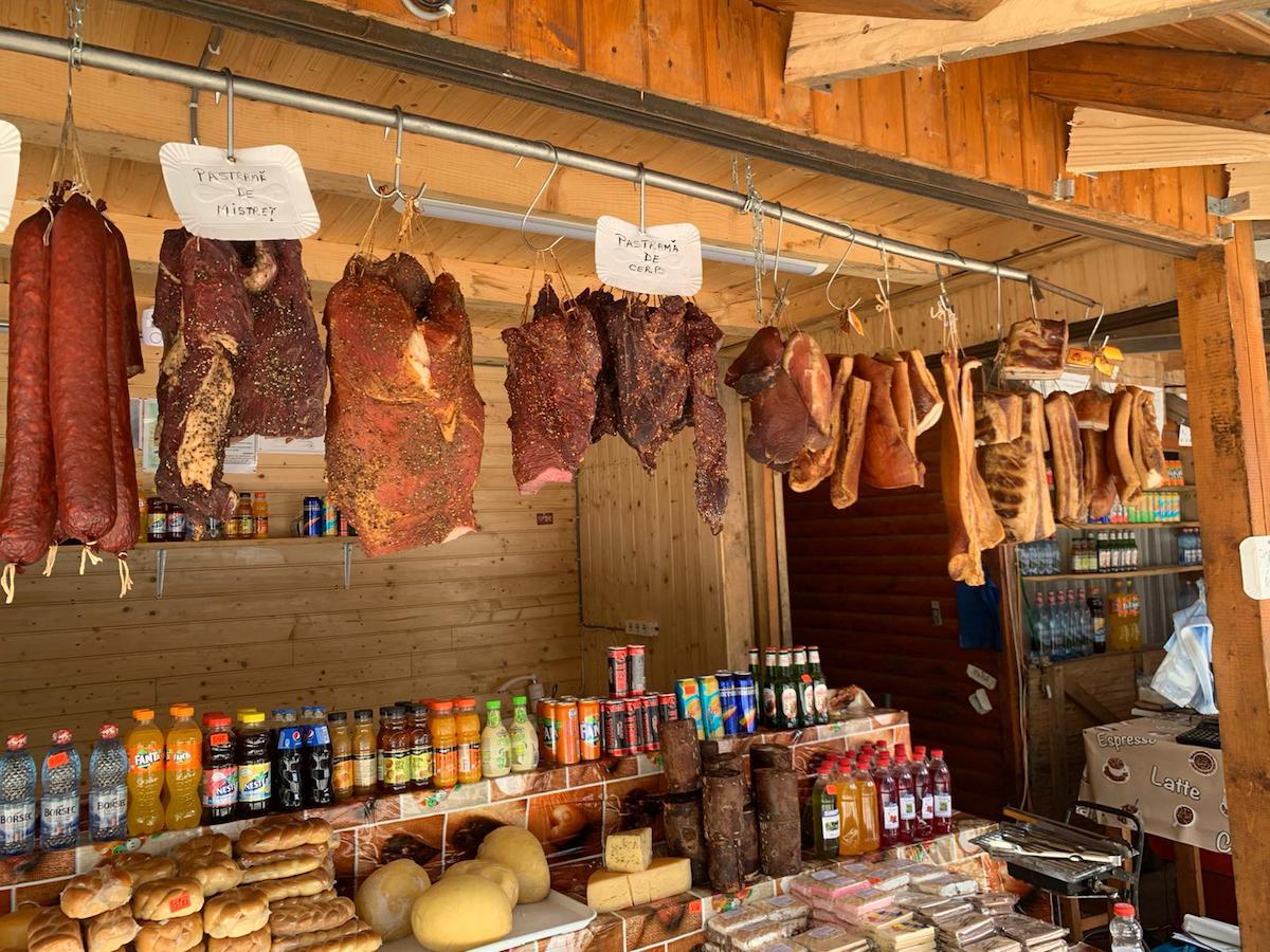 FOTO Controale la Bâlea Lac: Jumătate de tonă de produse alimentare retrase de la consum, cazare neconformă, amenzi de 49 de mii de lei
