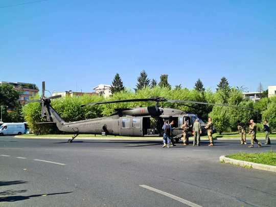 Un elicopter militar a aterizat de urgență în București, lovind doi stâlpi