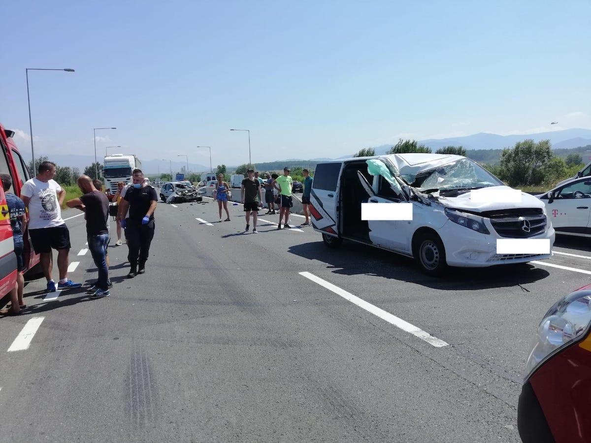 Accident cu trei victime, între un autoturism, un microbuz și un TIR, la Mohu