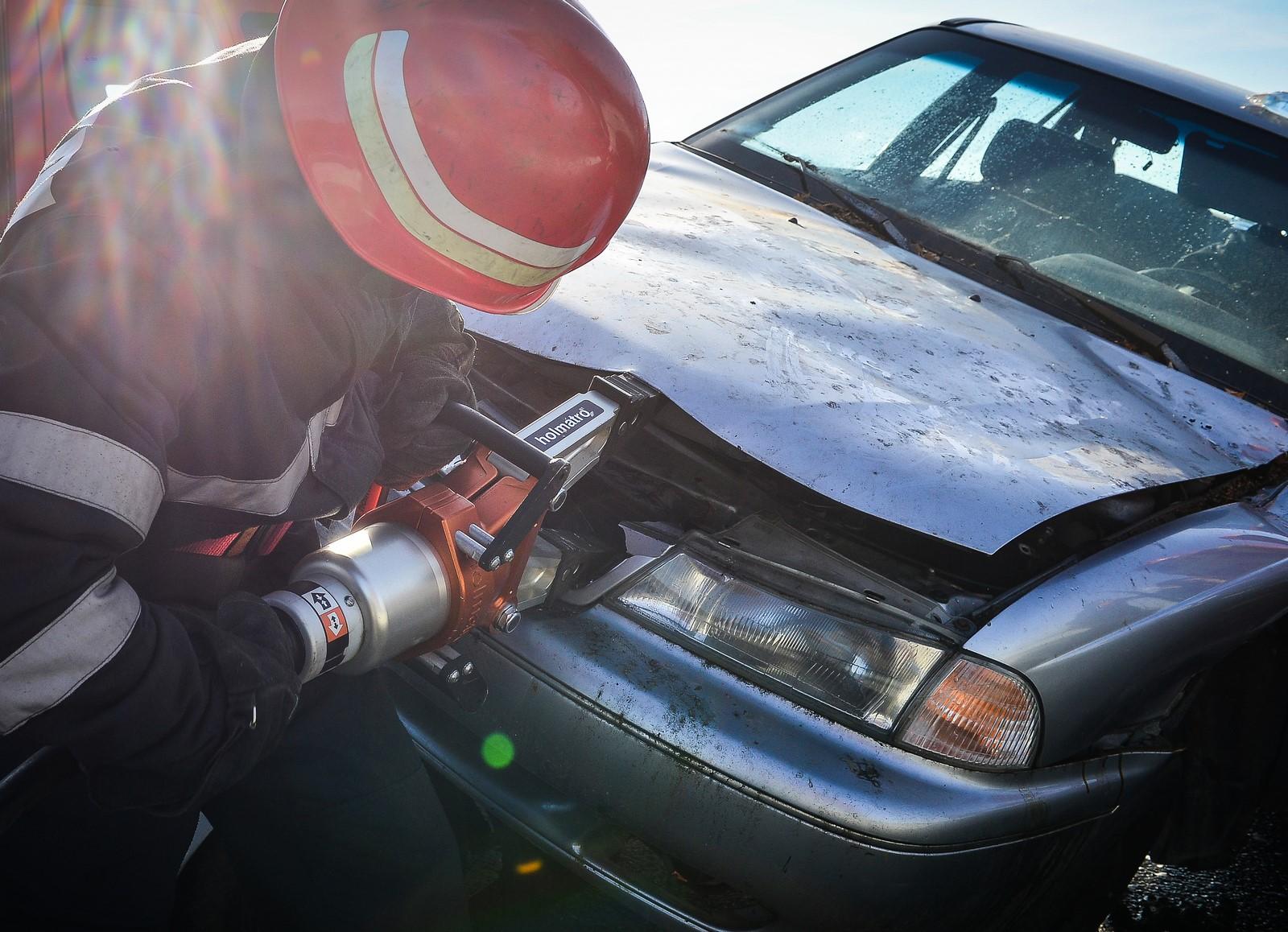 Un șofer de 20 de ani s-a oprit cu mașina într-un pom. A fost scos cu descarcerarea