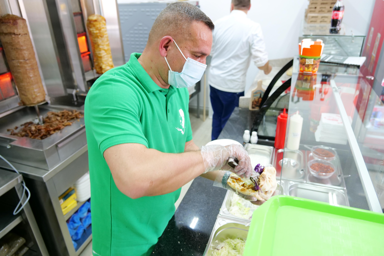 """După ce a trăit 17 ani în Germania, un sibian s-a întors acasă și și-a urmat pasiunea pentru gastronomie. """"One kebab este singurul fast-food sibian cu specific 100% nemțesc"""""""