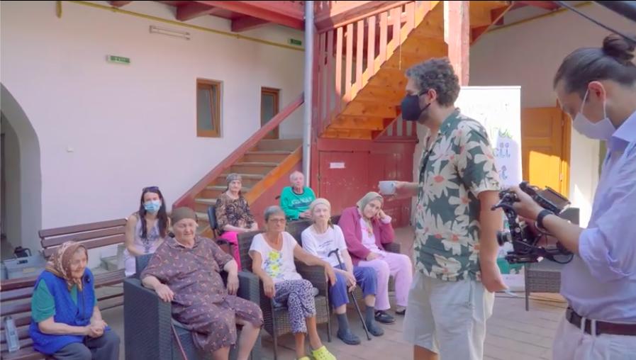 VIDEO Teatrul BIS le-a făcut o surpriză vârstnicilor din căminele sibiene. Experiența a fost filmată de un tânăr videograf